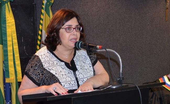 Adriana Leandro, vice-presidente da AMATRA1, falando ao microfone